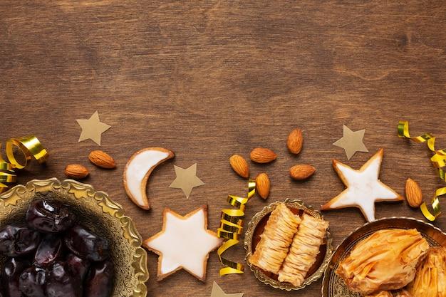 Decoración de año nuevo islámico con comida tradicional y galletas en forma de estrella