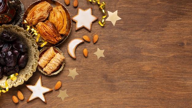 Decoración de año nuevo islámico con comida tradicional y galletas.