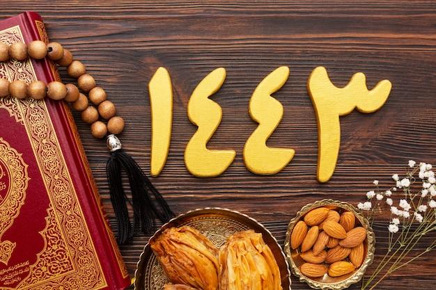 Decoración de año nuevo islámico con corán y bocadillos.