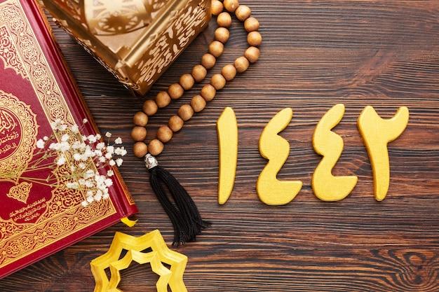 Decoración de año nuevo islámico con corán y cuentas de oración.