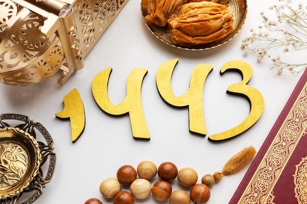 Decoración de año nuevo islámico con corán y linterna.
