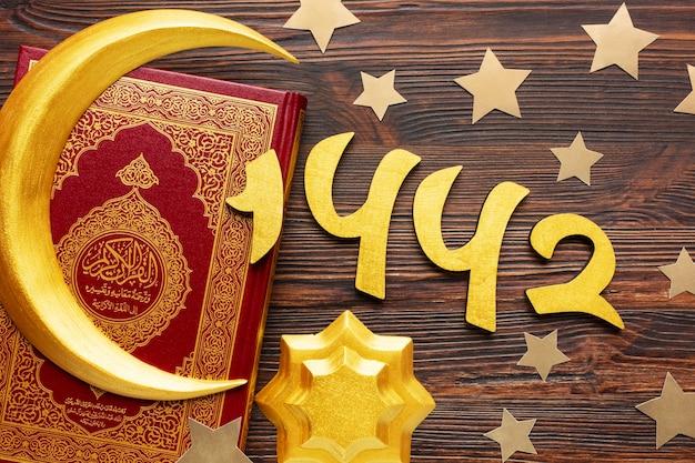Decoración de año nuevo islámico con corán y símbolo de la luna