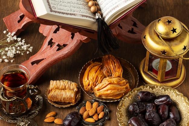 Decoración de año nuevo islámico con cuentas de oración y lámpara árabe.