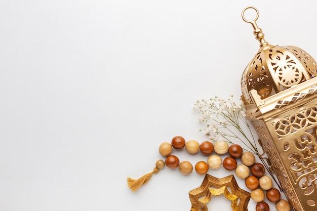Decoración de año nuevo islámico con cuentas de oración y linterna.