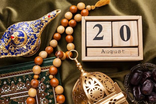 Decoración de año nuevo islámico con cuentas de oración.