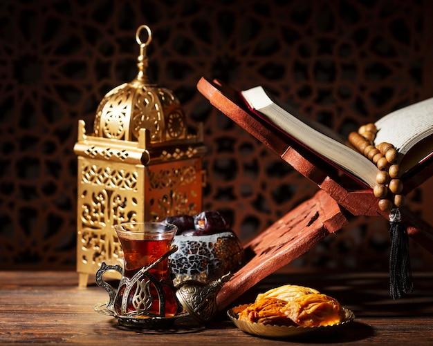 Decoración de año nuevo islámico con linterna y corán.