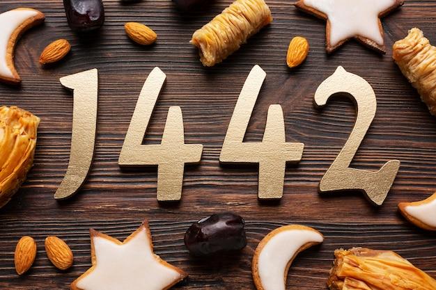 Decoración de año nuevo islámico con varios bocadillos.