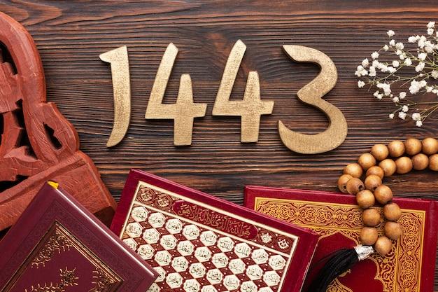 Decoración de año nuevo islámico con varios libros religiosos y cuentas de oración.