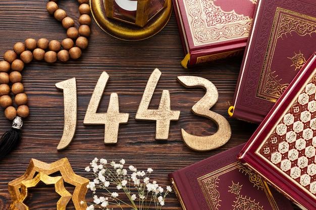 Decoración de año nuevo islámico con varios libros religiosos.