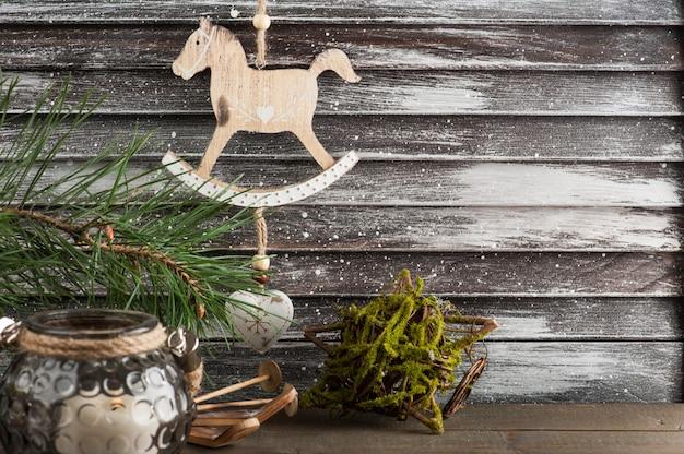 Decoración de árbol de navidad, caballo y esquí en estilo escandinavo