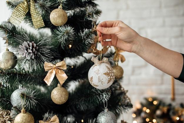 Decoración del árbol de navidad en un fondo de ladrillo blanco. navidad. decoración navideña