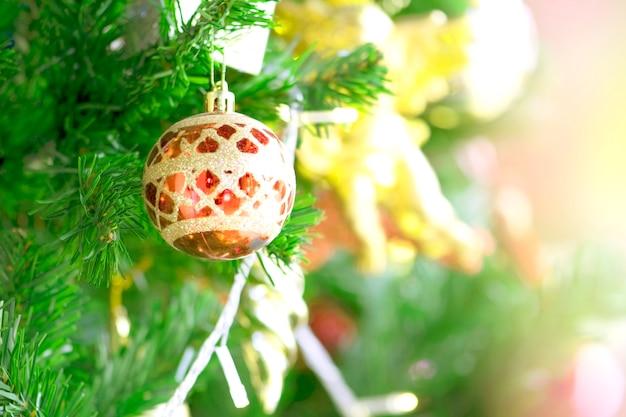 Decoración de árbol de navidad y luz de bokeh.