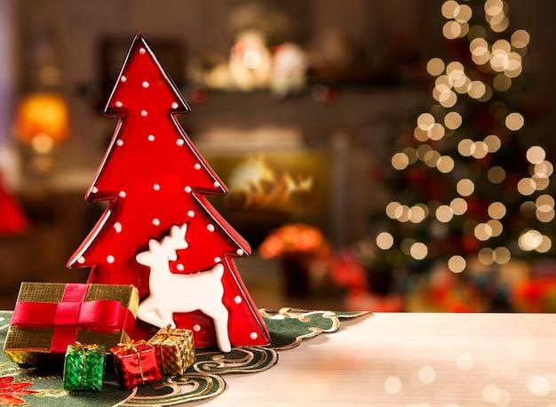Decoración del árbol de navidad rojo. navidad borrosa.
