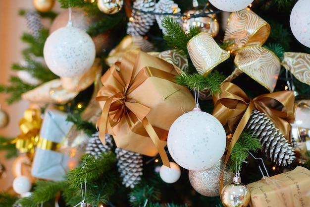Una decoración para un árbol de navidad.