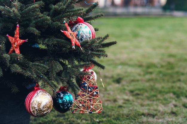 Decoración artesanal de bricolaje en un árbol de navidad