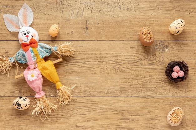 Decoración artística del conejo junto a los huevos de pascua