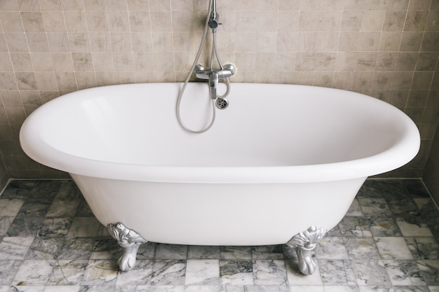 Decoración de bañera en baño.