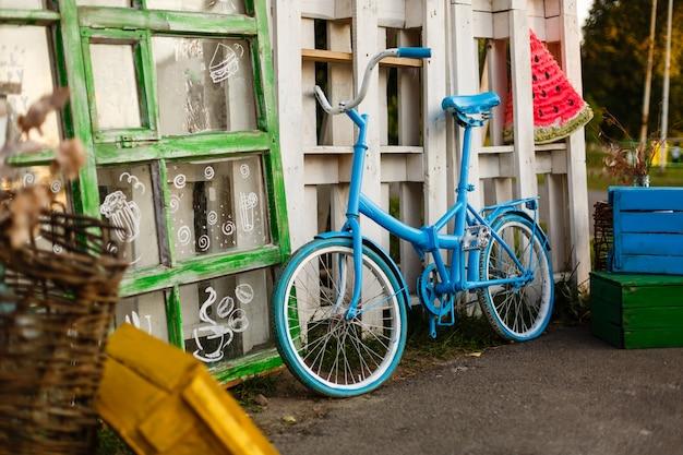 La decoración de bicicleta vintage y edificio blanco con puerta verde.