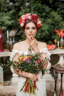 Decoración de boda al estilo boho, arreglo floral, mesa decorada en el jardín.