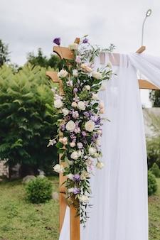 Decoración de boda, flores y diseño floral en la ceremonia.