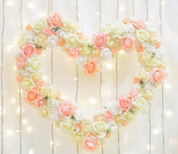 Decoración de boda con flores en forma de corazón