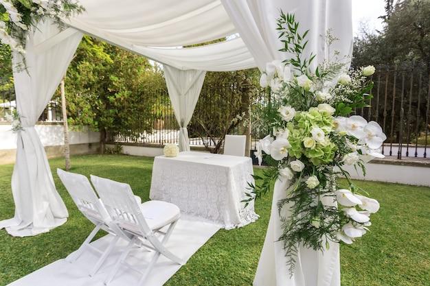 Decoración de la boda en el jardín.