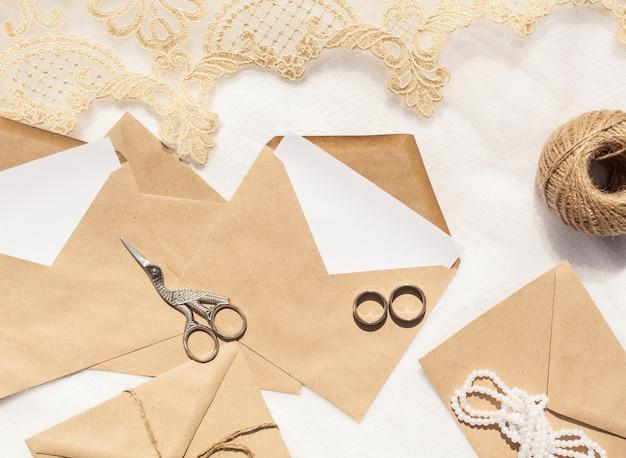 Decoración de boda minimalista con sobres marrones.