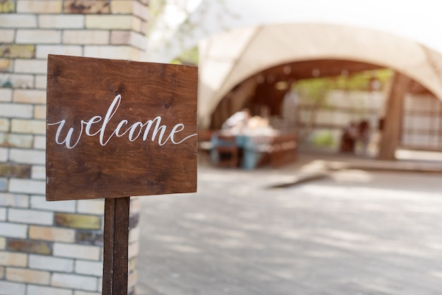 Decoración de boda placa de madera con la inscripción en pintura bienvenido. letrero de madera hecho a mano, bienvenida decoración de la boda