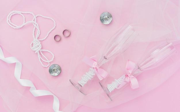 Decoración de boda rosa con copas de champán