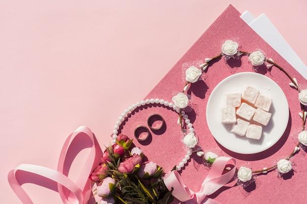 Decoración de boda rosa con corona de flores y espacio de copia