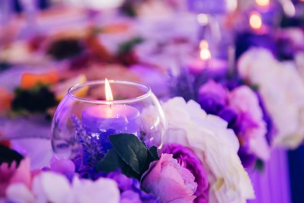 Decoración de la boda, velas en frascos de vidrio.