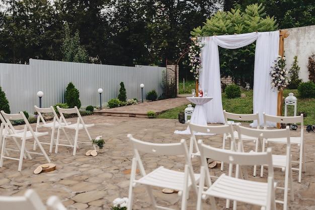 Decoración de bodas, sillas, arcos, flores y decoración variada.