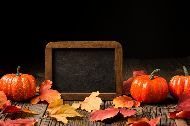 Decoración de calabazas y hojas de otoño.