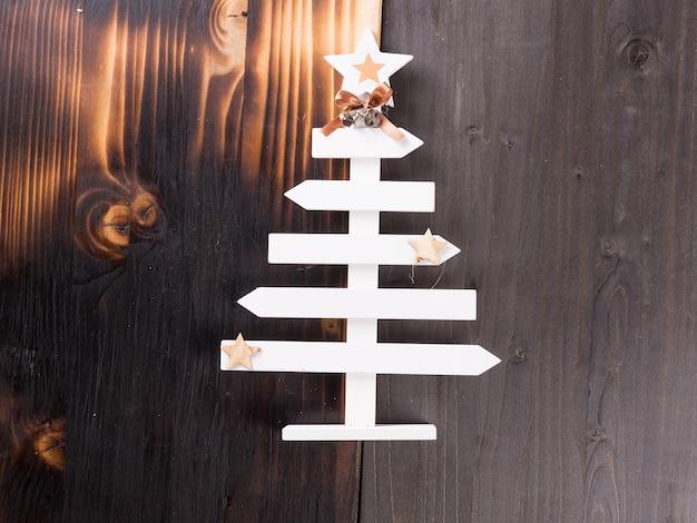 Decoración casera de navidad clásica sobre fondo de madera. decoración artesanal