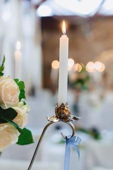 Decoración de ceremonia de boda, sillas, arcos, flores y decoración variada.