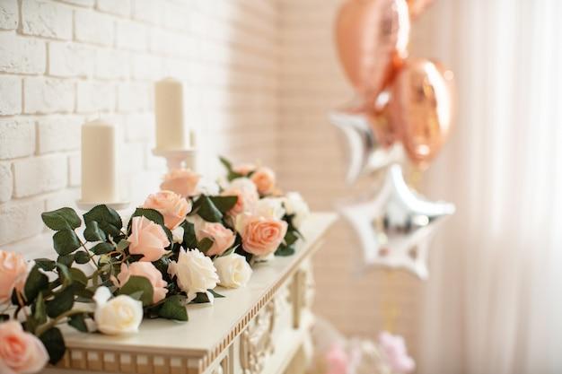 Decoración de la chimenea con flores en un interior luminoso.