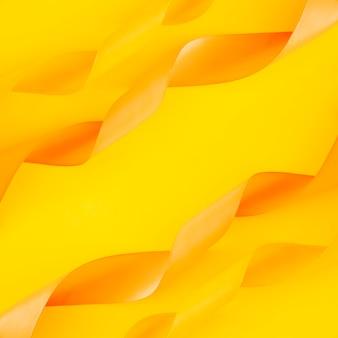 Decoración de cintas rizadas sobre fondo amarillo