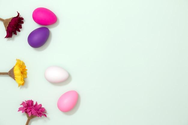 Decoración colorida del huevo de pascua. concepto de la temporada de primavera. feliz pascua.
