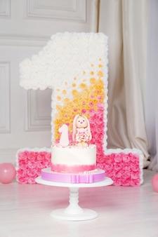 Decoración colorida de un pastel de cumpleaños de primer año. decorado número 1 para un primer cumpleaños