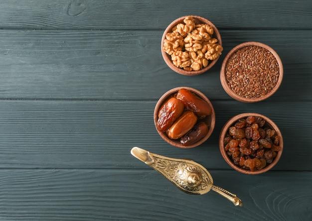 Decoración y comida de vacaciones ramadán kareem sobre fondo de madera
