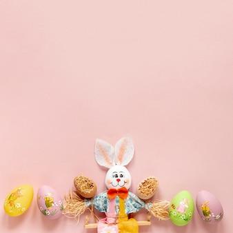 Decoración de conejo con huevos pintados