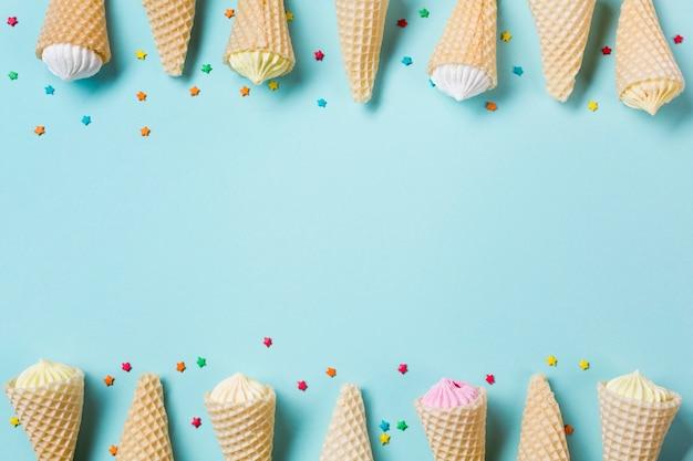 La decoración del cono de waffle con aalaw y espolvorea sobre fondo azul