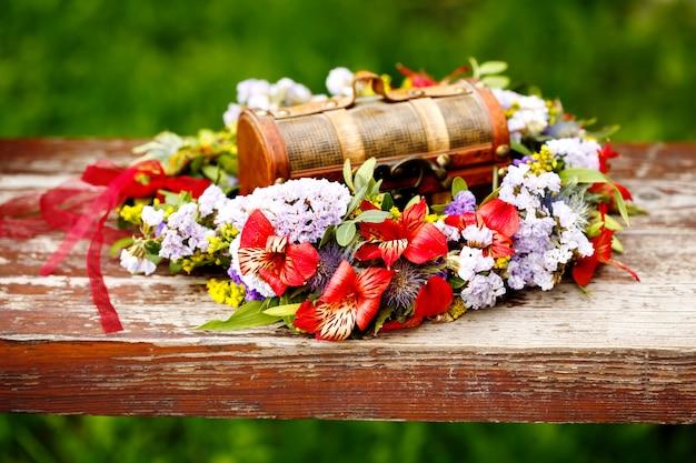 Decoración de corona de flores con caja de madera