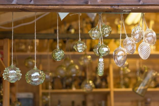 Decoración de cristal de navidad en una tienda de souvenirs. enfoque selectivo.