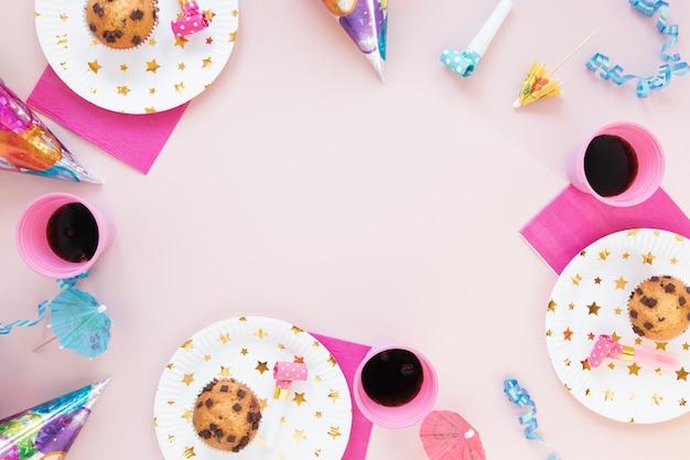 Decoración de cumpleaños con artículos femeninos y espacio de copia