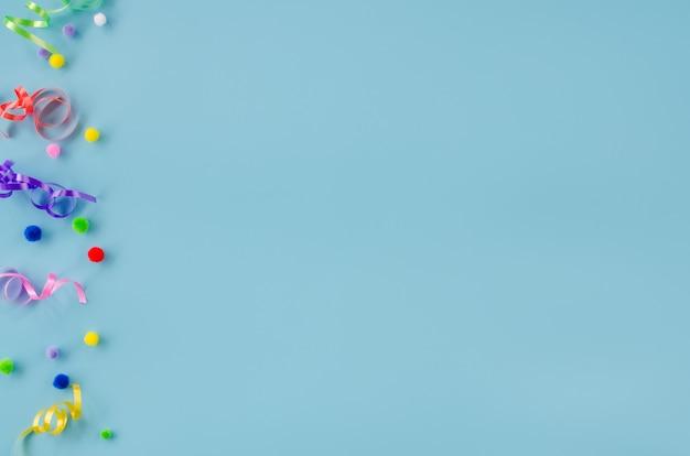 Decoración de cumpleaños en superficie azul