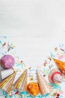Decoración de cumpleaños en superficie de madera blanca