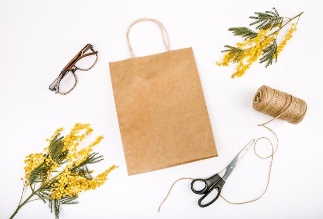 Decoración de regalo primavera con flores mimosa artesanía bolsa tijeras cuerda