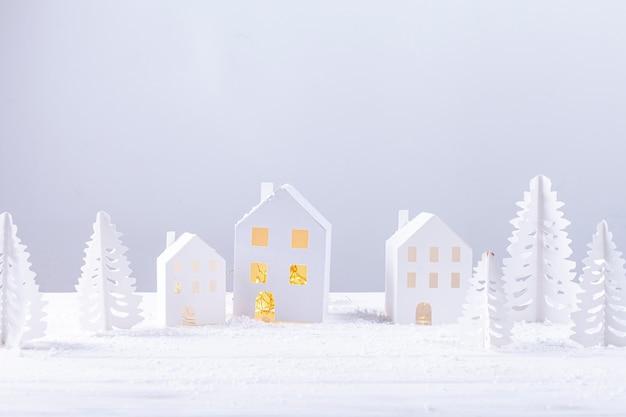 Decoración con edificios de papel y abetos.