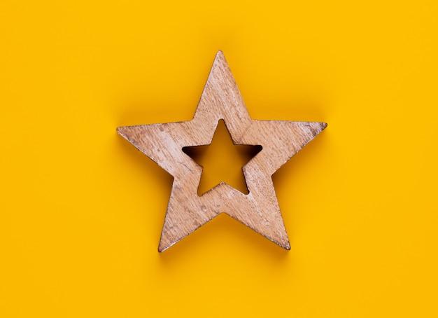Decoración de estrella de navidad sobre fondo de color amarillo.